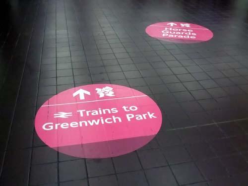 Vägledande klistermärken på Charing Cross